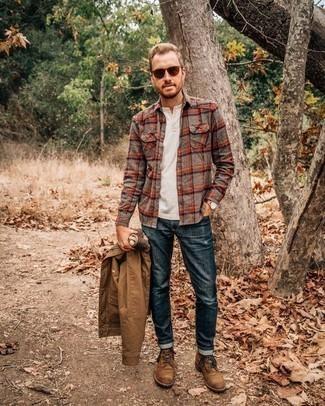 Comment porter une veste-chemise marron clair: Harmonise une veste-chemise marron clair avec un jean bleu marine pour une tenue idéale le week-end. Cette tenue est parfait avec une paire de des bottes de loisirs en daim marron.
