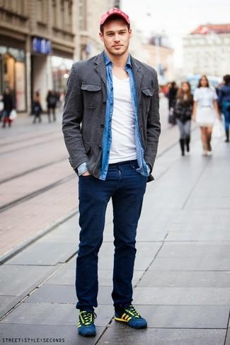 Comment porter: veste-chemise en coton gris foncé, chemise à manches longues en chambray bleue, t-shirt à col en v blanc, pantalon chino bleu marine