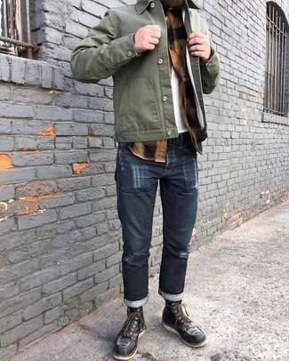 Comment porter: veste-chemise olive, chemise à manches longues en flanelle à carreaux marron clair, t-shirt à col rond blanc, jean bleu marine