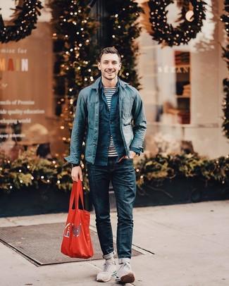 Comment porter: veste-chemise en coton bleu marine, chemise à manches longues bleu marine, t-shirt à col rond à rayures horizontales blanc et bleu marine, jean bleu marine