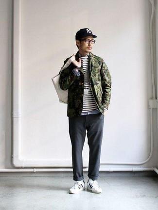 Tendances mode hommes: La polyvalence d'une veste-chemise camouflage olive et d'un pantalon chino gris foncé en fait des pièces de valeur sûre. Tu veux y aller doucement avec les chaussures? Assortis cette tenue avec une paire de des baskets basses en cuir blanches et noires pour la journée.