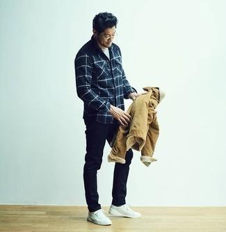 Comment porter une veste-chemise marron clair: Pense à opter pour une veste-chemise marron clair et un pantalon chino bleu marine pour prendre un verre après le travail. Pour les chaussures, fais un choix décontracté avec une paire de des baskets basses en toile blanches.
