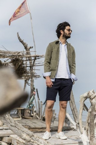 Tendances mode hommes: Associe une veste-chemise olive avec un short bleu marine pour une tenue confortable aussi composée avec goût. Si tu veux éviter un look trop formel, fais d'une paire de des baskets basses en toile blanches ton choix de souliers.