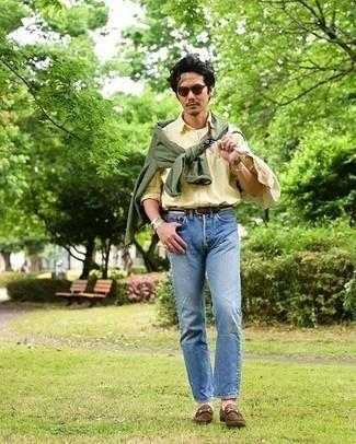 Comment porter une veste-chemise olive: Pour une tenue de tous les jours pleine de caractère et de personnalité harmonise une veste-chemise olive avec un jean bleu. Jouez la carte classique pour les chaussures et termine ce look avec une paire de des slippers en daim marron.