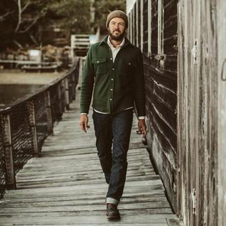 Comment porter: veste-chemise olive, chemise de ville blanche, jean noir, bottes de loisirs en cuir noires