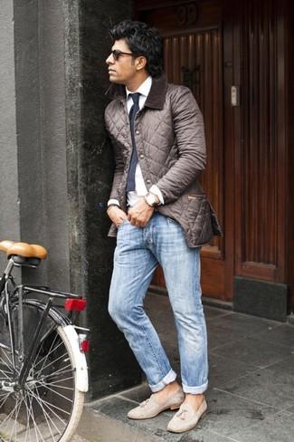 Comment porter: veste-chemise matelassée marron foncé, chemise de ville blanche, jean bleu clair, mocassins à pampilles en daim beiges