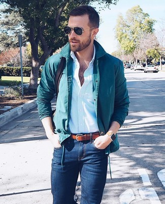 Comment porter: veste-chemise bleu canard, chemise de ville à rayures verticales bleu clair, jean skinny bleu marine, besace en cuir marron foncé