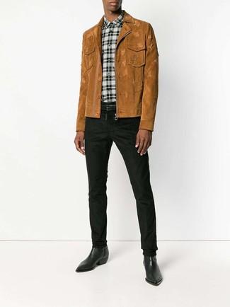 Comment porter: veste-chemise en daim tabac, chemise de ville écossaise blanche et noire, pantalon chino noir, bottes western en cuir noires