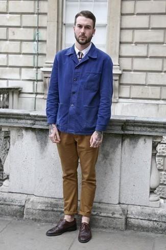 Comment porter un pantalon chino tabac: Porte une veste-chemise bleue et un pantalon chino tabac pour prendre un verre après le travail. Choisis une paire de des chaussures derby en cuir marron foncé pour afficher ton expertise vestimentaire.