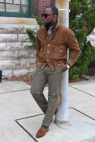 """Tendances mode hommes: L'association d'une veste-chemise en daim marron et d'un pantalon de costume gris te démarquera de la masse sans trop être """"too much"""". Assortis ce look avec une paire de des mocassins à pampilles en daim marron."""