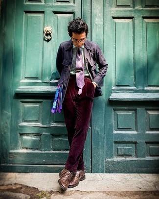 Comment porter une cravate imprimée violette: Choisis une veste-chemise en lin bleu marine et une cravate imprimée violette pour un look pointu et élégant. Jouez la carte décontractée pour les chaussures et termine ce look avec une paire de bottes brogue en cuir marron.