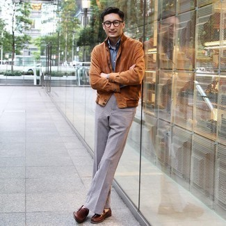 Comment s'habiller en automne: Opte pour une veste-chemise en daim tabac avec un pantalon de costume en pied-de-poule noir et blanc pour un look classique et élégant. Cet ensemble est parfait avec une paire de slippers en cuir marron. Ce look est une bonne inspiration pour cette saison.