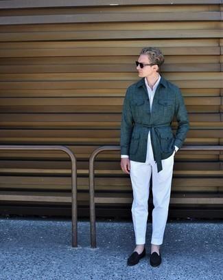 Comment s'habiller au printemps: Essaie d'harmoniser une veste-chemise bleu canard avec un pantalon de costume blanc pour dégager classe et sophistication. Complète ce look avec une paire de slippers en velours noirs. Cette tenue est très printanière.