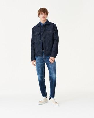 Comment porter: veste-chemise matelassée bleu marine, chemise en jean bleue, jean bleu marine, baskets basses en cuir beiges