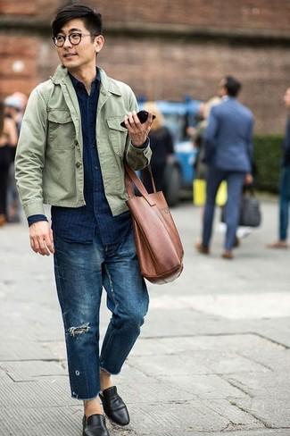 Comment porter: veste-chemise olive, chemise en jean à rayures verticales bleu marine, jean déchiré bleu marine, slippers en cuir noirs