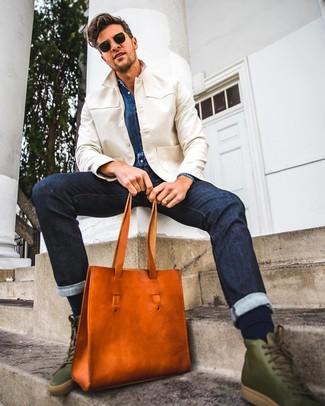Comment porter: veste-chemise beige, chemise en jean bleue, jean bleu marine, baskets montantes en cuir olive