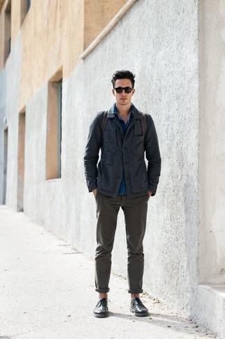 Comment porter une veste-chemise gris foncé: Porte une veste-chemise gris foncé et un pantalon chino olive pour un look idéal au travail. Jouez la carte classique pour les chaussures et complète cet ensemble avec une paire de des chaussures brogues en cuir noires.