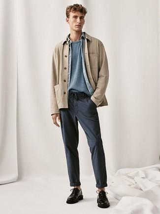 Comment porter une veste-chemise marron clair: Associe une veste-chemise marron clair avec un pantalon chino bleu marine pour créer un look chic et décontracté. Termine ce look avec une paire de des chaussures derby en cuir noires pour afficher ton expertise vestimentaire.