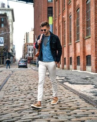 Comment porter: veste-chemise en daim bleu marine, chemise en jean bleue, t-shirt à manche longue à rayures horizontales noir et blanc, pantalon chino blanc