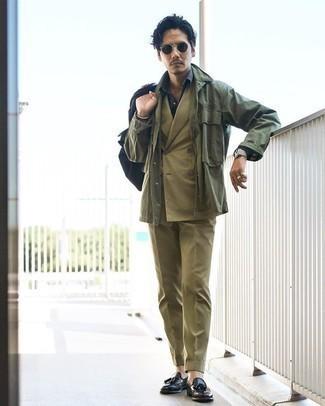 Comment porter une veste-chemise olive: Associe une veste-chemise olive avec un costume olive pour dégager classe et sophistication. Une paire de des mocassins à pampilles en cuir noirs est une option parfait pour complèter cette tenue.