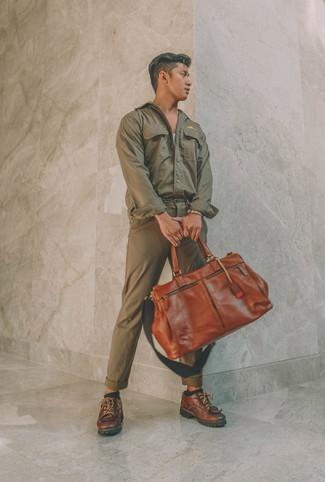 Comment porter: veste-chemise olive, débardeur gris, pantalon chino olive, chaussures derby en cuir marron