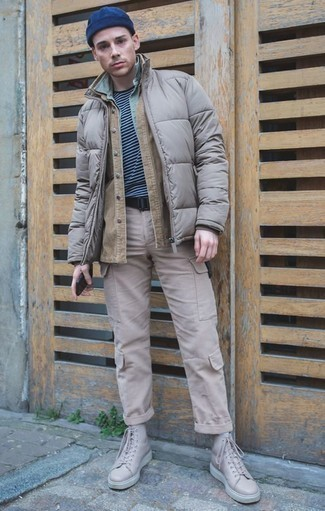 Comment porter une ceinture en toile noire: Essaie de marier une veste-chemise marron clair avec une ceinture en toile noire pour une tenue relax mais stylée. Cet ensemble est parfait avec une paire de des baskets montantes en cuir beiges.
