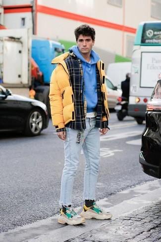 Comment porter: veste-chemise en laine écossaise noire, doudoune jaune, sweat à capuche bleu, t-shirt à col rond blanc