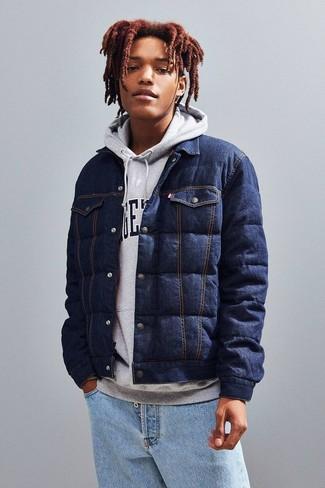 Comment porter: veste-chemise en denim matelassée bleu marine, sweat à capuche imprimé gris, jean bleu clair
