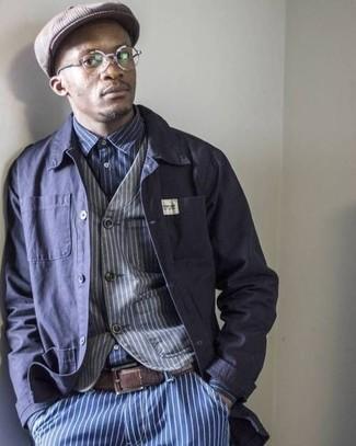 Comment porter: veste-chemise bleu marine, gilet à rayures verticales gris, chemise à manches longues à rayures verticales bleu marine et blanc, jean à rayures verticales bleu