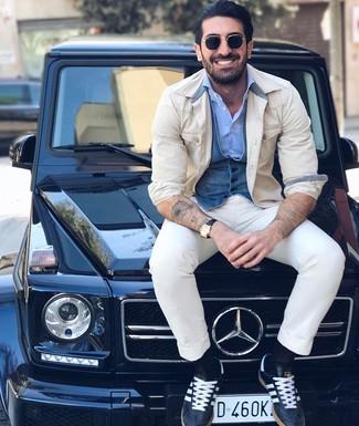 Comment porter: veste-chemise beige, gilet en denim bleu, chemise à manches longues bleu clair, pantalon chino blanc