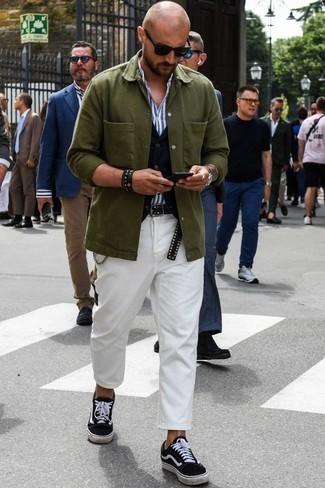 Comment porter un bracelet: Essaie de marier une veste-chemise olive avec un bracelet pour une tenue relax mais stylée. Une paire de des baskets basses en toile noires et blanches est une façon simple d'améliorer ton look.