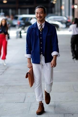 Comment porter une cravate à rayures horizontales bleu marine: Pense à porter une veste-chemise bleu marine et une cravate à rayures horizontales bleu marine pour un look classique et élégant. Décoince cette tenue avec une paire de des bottines chukka en daim marron.