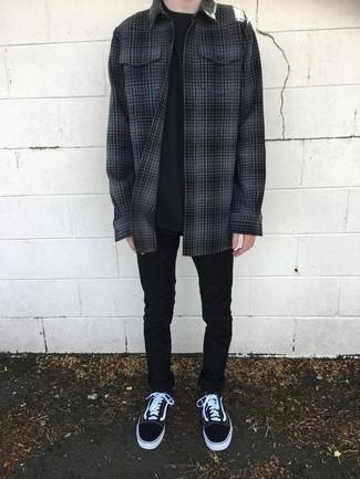 Comment porter une veste-chemise en flanelle gris foncé: Pense à marier une veste-chemise en flanelle gris foncé avec un jean skinny noir pour un look de tous les jours facile à porter. Termine ce look avec une paire de des baskets basses en toile noires et blanches.