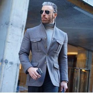 Comment porter: veste-chemise en laine grise, pull à col roulé gris, pantalon de costume bleu marine, lunettes de soleil noires