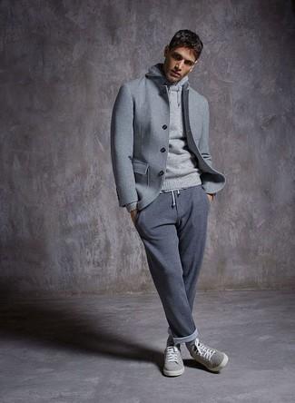 Comment porter: veste-chemise en laine grise, sweat à capuche gris, pantalon de jogging gris, baskets basses en daim grises