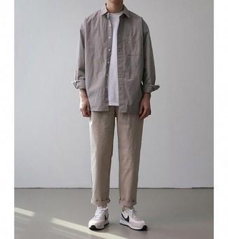 Tendances mode hommes: Choisis une veste-chemise grise et un pantalon chino beige pour aller au bureau. Si tu veux éviter un look trop formel, opte pour une paire de des chaussures de sport beiges.