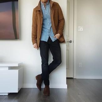 Comment porter une chemise à manches longues en chambray bleu clair: Pense à harmoniser une chemise à manches longues en chambray bleu clair avec un jean noir pour une tenue confortable aussi composée avec goût. Fais d'une paire de bottines chelsea en daim marron foncé ton choix de souliers pour afficher ton expertise vestimentaire.