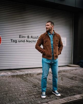 Comment porter: veste-chemise en velours côtelé marron, chemise en jean bleue, jean bleu, baskets montantes en toile bleu marine et blanc