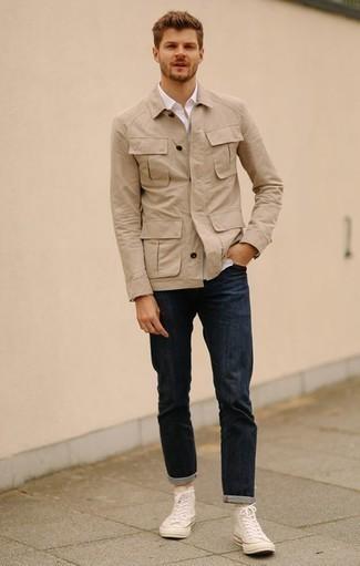Comment porter une chemise à manches longues blanche: Associe une chemise à manches longues blanche avec un jean bleu marine pour un look de tous les jours facile à porter. Pour les chaussures, fais un choix décontracté avec une paire de des baskets montantes en toile blanches.
