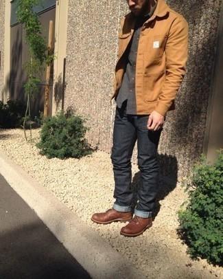 Comment porter une veste-chemise marron clair: Pour créer une tenue idéale pour un déjeuner entre amis le week-end, associe une veste-chemise marron clair avec un jean gris foncé. Assortis ce look avec une paire de des bottes de loisirs en cuir marron.