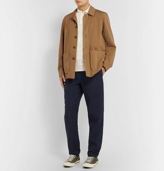 Comment porter un pantalon chino bleu marine: Harmonise une veste-chemise marron clair avec un pantalon chino bleu marine pour achever un look habillé mais pas trop. D'une humeur créatrice? Assortis ta tenue avec une paire de baskets basses en toile olive.