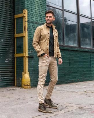 Comment porter: veste-chemise marron clair, pull à col rond vert foncé, jean beige, bottes de loisirs en toile vert foncé