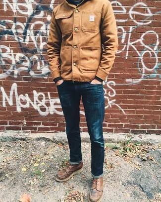 Comment porter: veste-chemise marron clair, sweat-shirt noir, jean skinny bleu marine, bottes de loisirs en cuir marron
