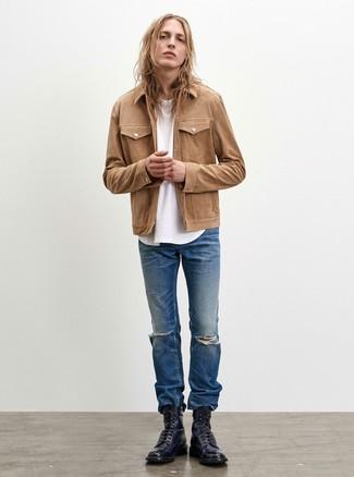 Comment porter: veste-chemise marron clair, t-shirt à col rond blanc, jean déchiré bleu, bottes de loisirs en cuir noires