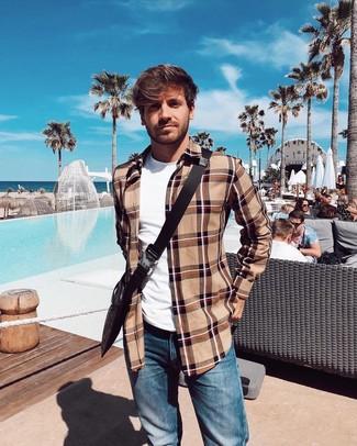Comment porter: veste-chemise écossaise marron clair, t-shirt à col rond blanc, jean bleu, besace en toile imprimée marron foncé