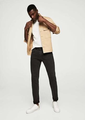 Comment porter: veste-chemise marron clair, t-shirt à col rond blanc, jean noir, baskets basses en cuir blanches