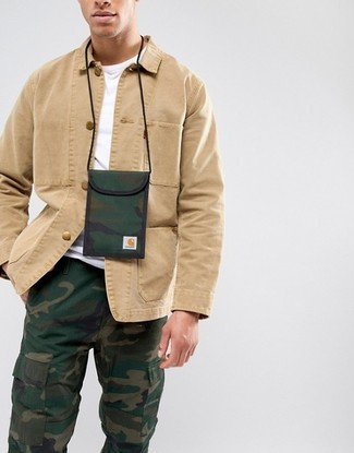 Comment porter: veste-chemise marron clair, t-shirt à col rond blanc, pantalon cargo camouflage vert foncé, pochette tour de cou en toile camouflage vert foncé