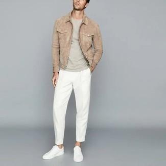 Comment porter un t-shirt à col rond gris: Essaie d'harmoniser un t-shirt à col rond gris avec un pantalon chino blanc pour un look de tous les jours facile à porter. Une paire de baskets basses en toile blanches s'intégrera de manière fluide à une grande variété de tenues.