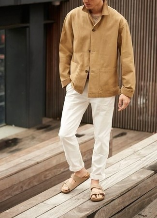 Comment porter une veste-chemise marron clair: Essaie d'harmoniser une veste-chemise marron clair avec un pantalon chino blanc pour aller au bureau. Si tu veux éviter un look trop formel, choisis une paire de des sandales en daim beiges.