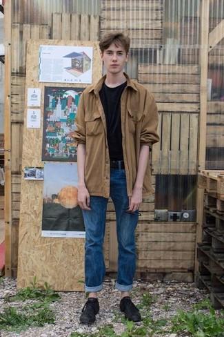 Comment porter: veste-chemise marron clair, t-shirt à col rond noir, jean bleu, baskets basses en cuir noires